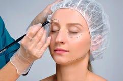 dojrzały ponad operacji plastycznej białą kobietą Kobieta z dziurkowanie liniami dalej nad brwią Starzenia się traktowanie i twar Obrazy Royalty Free