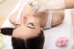 dojrzały ponad operacji plastycznej białą kobietą Piękna kobiety twarz dostaje piękno zastrzyki Obrazy Royalty Free