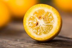 Dojrzały rżnięty kumquat zakończenie up Fotografia Stock