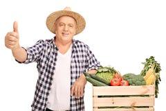 Dojrzały rolnik daje kciukowi up obrazy royalty free