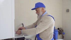 Dojrzały specjalista naprawy bojler zdjęcie wideo