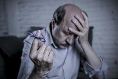 Dojrzały stary człowiek na jego 60s leżanki smutnym samotny czuciowy wo w domu i obrazy royalty free