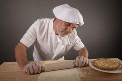 Dojrzały szef kuchni toczny za ciasta cieście obraz royalty free