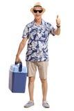 Dojrzały turysta z chłodniczym pudełkowatym robi kciukiem up gestykuluje Obrazy Stock