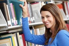 Dojrzały uczeń w bibliotece zdjęcia stock