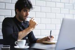 Dojrzały właściciel pije kawę w kawiarni biznes w czarnej koszula Zdjęcia Stock