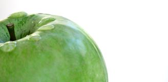 Dojrzały zielony jabłko na białym tle z kroplami woda po deszczu zdjęcia royalty free