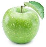 Dojrzały zielony jabłko z wodą opuszcza na nim Zdjęcie Stock