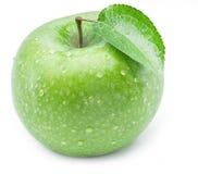 Dojrzały zielony jabłko z wodą opuszcza na nim Zdjęcia Stock
