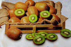 Dojrzały zielony kiwi w drewnianym pudełku na białym tle fotografia stock