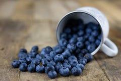 Dojrzała czarnej jagody owoc w zbiorniku na drewnianym kuchennym stole f Zdjęcie Stock