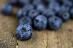 Dojrzała czarnej jagody owoc w zbiorniku na drewnianym kuchennym stole f Fotografia Royalty Free