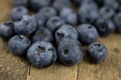 Dojrzała czarnej jagody owoc w zbiorniku na drewnianym kuchennym stole f Obraz Royalty Free