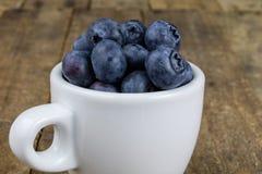 Dojrzała czarnej jagody owoc w zbiorniku na drewnianym kuchennym stole f Obrazy Stock