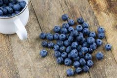 Dojrzała czarnej jagody owoc w zbiorniku na drewnianym kuchennym stole f Fotografia Stock