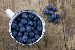 Dojrzała czarnej jagody owoc w zbiorniku na drewnianym kuchennym stole f Obraz Stock