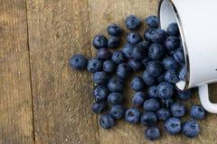 Dojrzała czarnej jagody owoc w zbiorniku na drewnianym kuchennym stole f Zdjęcie Royalty Free