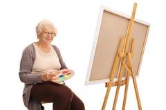 Dojrzała dama miesza kolory na kolor palecie Zdjęcia Stock