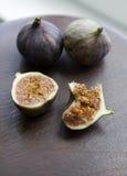 Dojrzałe figi na drewnianym stole Zdjęcia Stock