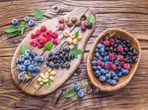 Dojrzałe jagody na starym drewnie obraz royalty free