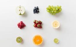 Dojrzałe owoc i jagody na biel powierzchni Obraz Royalty Free