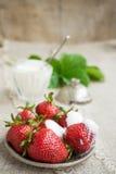 Dojrzałe truskawki na talerzu Zdjęcia Stock