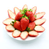 Dojrzałe truskawki w naczyniu na bielu Fotografia Stock
