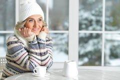 Dojrzała kobieta pije herbaty Fotografia Royalty Free