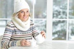 Dojrzała kobieta pije herbaty Fotografia Stock