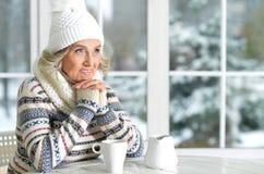 Dojrzała kobieta pije herbaty Zdjęcie Royalty Free