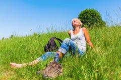 Dojrzała kobieta przy wycieczkuje odpoczynkiem Zdjęcie Stock