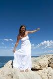 Dojrzała Kobieta w Romantycznej Biel Sukni przy Oceanem Fotografia Stock