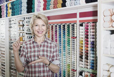 Dojrzała kobieta w szwalnym sklepie Obrazy Stock