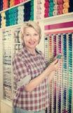 Dojrzała kobieta w szwalnym sklepie Obraz Stock