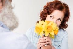Dojrzała kobieta z daffodils Zdjęcia Royalty Free