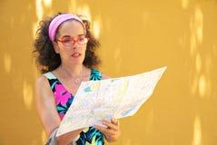Dojrzała kobiety czytania papieru miasta mapa Obrazy Royalty Free