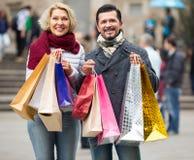 Dojrzała para w zakupy wycieczce turysycznej Fotografia Stock