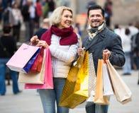 Dojrzała para w zakupy wycieczce turysycznej Zdjęcia Stock