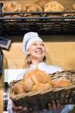 Dojrzała piekarnia z koszem chleb Obraz Stock