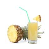 Dojrzały ananasowy plasterek i sok w szkle Zdjęcia Royalty Free