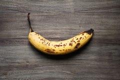 Dojrzały banan z Brown punktami Zdjęcia Stock