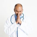 Dojrzały indianin lekarki modlenie Zdjęcie Stock