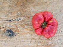 Dojrzały pomidor na drewnianym biurku Zdjęcia Royalty Free