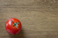 Dojrzały pomidor na drewnianym tle Obraz Stock