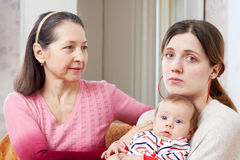 Dojrzała kobieta pociesza smutnej dorosłej córki Obrazy Stock