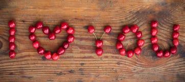 Dojrzałe organicznie wyprodukowany lokalnie wiśnie, kocham ciebie tekst Obrazy Royalty Free