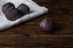 Dojrzałe sezonowe figi na drewnianej powierzchni i płótnie Fotografia Royalty Free