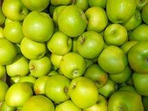 Dojrzali świezi zieleni jabłka wypiętrzający w górę zdjęcia royalty free