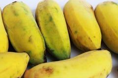 Dojrzali banany cią wpólnie w żółtym tle Obraz Stock