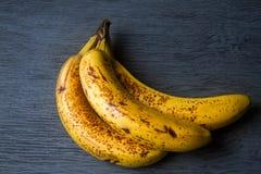Dojrzali banany na popielatym tle zdjęcie stock